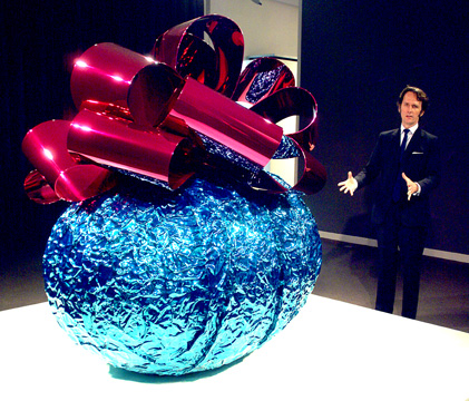 "Tobias Meyher in front of Jeff Koon's ""Baroque Egg"""